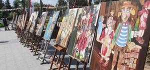 Güneşli havanın tadını meydanda resim çizerek çıkarttılar Lise öğrencileri hünerlerini vatandaşlarla paylaştı