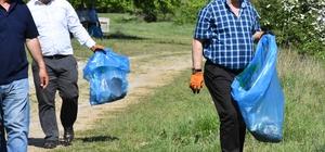 Belediye başkanı eldivenleri giydi çöpleri topladı