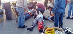 Rahat durmayan yaralı için damar yolu seferberliği Otomobille motosikletin çarpıştı kazada yola savrulan 2 kişi yaralandı