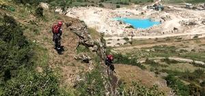 Kayalıklarda mahsur kalan keçiyi itfaiye kurtardı