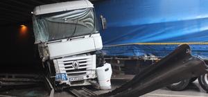 Bariyerlere çarpan tır yolu kapattı Kazada iki kişi yaralandı