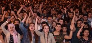 Milli yas haberini alan Ece Seçkin sahneyi gözyaşlarıyla terk etti Uşak'ta on binler tekbirlerle İsrail terörünü kınadı