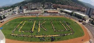 Bin 800 öğrenci stadyumda kurulan yer sofrasında yemek yedi