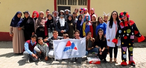 AİÇÜ öğrencileri köylerde öğrencileri ziyaret etmeye devam ediyor