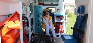 Otizmli İkbal'in ambulansla gezme hayali gerçek oldu Sivas'ta yaşayan 19 yaşındaki otizm hastası İkbal Malatyalı'nın Vali Davut Gül'e ambulansla gezmek istediğini söylemesi üzerine alana ambulans getirilerek hayalleri gerçekleştirildi