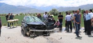 Erzincan'da otomobil aydınlatma direğine çarptı: 3 yaralı