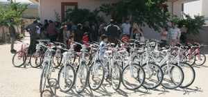Ailelerine sigarayı bıraktıran çocuklara bisiklet hediyesi