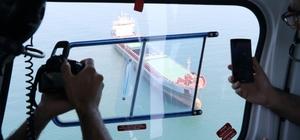 """Akdeniz'i kirleten gemilere havadan ceza Mersin Büyükşehir Belediyesi, deniz kirliliğinin önünü geçmek için bünyesine aldığı yeni helikopter ile havadan da denetime başladı Deniz denetim ekipleri botlarla helikopter ise havadan gemileri tek tek denetleyerek, denizi kirleten gemilere cezalar yazılıyor Büyükşehir Belediye Başkanı Burhanettin Kocamaz: """"Deniz denetiminde kullanmak için aldığımız 3 botla 3 ayda denizi kirleten gemilere 350 bin liralık ceza yazmışız"""" """"Maalesef gemiler denizleri kirletiyor"""""""
