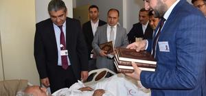 Başhekim Parlak, serviste yatan hastalara 'Kur'an-ı Kerim' hediye etti