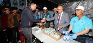 Afyonkarahisar'da iftar çadırları doldu taştı Başkan Çoban, ilk orucunu iftar çadırında açtı, vatandaşlara yemek dağıttı