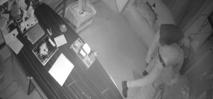 Hırsızlar önce güvenlik kamerasına sonra polise yakalandı Keşif ve hırsızlık anları güvenlik kameraları tarafından görüntülenen hırsızlar tutuklandı