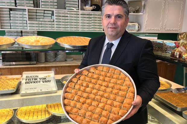 """Kilosu 220 TL'ye çıktı, İzmir fıstıklı baklavayı boykot kararı aldı İzmir Ticaret Odası Pasta ve Şekerleme Grubu Meslek Komitesi Üyesi Veysel Murat: """"Son 4 günde de fıstık üzerine 60 TL üstüne koyup 200-220 liraya çıkınca, İzmirli tatlıcılar olarak buna isyan edip bir boykot kararı aldık"""" """"Antep'te 5-10 fıstık tüccarı birbirleri arasında mal alışverişi yaparak da fıstığın fiyatını yükseltiyorlar. Birinin malını biri 160'a 170'e, alıyor ertesi gün 180'e kadar çıkıyor. Burada vurgunculuk yapılıyor"""" Vatandaşlar: """"Bundan sonra cevizli baklava yiyeceğiz"""""""