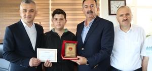 Küçük Oğulcan'dan büyük davranış 13 yaşındaki Oğulcan Bozyel, bulduğu içinde 8 bin TL olan cüzdanı sahibine teslim etti