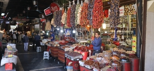 Aşırı yoğun olan çarşı pazarlar bir anda sessizliğe büründü