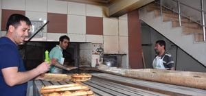 250-300 derecelik fırın önünde zorlu ekmek mesaisi Türkiye genelinde olduğu gibi Bingöl'de de Ramazan pidesi üreten fırıncılar, iftardan saatler önce 250-300 derecelik sıcaklıktaki fırın önünde çalışarak oruçlarını tutuyor