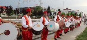 Düzce'de Ramazan gelenekleri yaşatılıyor Düzce'de vatandaşları sahura kaldıran davulcular konser verdi