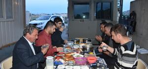 Kontrol noktasında nöbetleşe iftar yapıyorlar