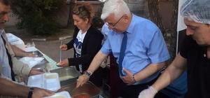 İftar yemeklerini Başkan Rasim Yüksel servis etti
