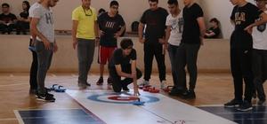 Türkiye'nin ilk okullar arası 'Floor Curling' turnuvası Adana'da başladı Adana'da düzenlenen turnuvada 40 okuldan 177 lise öğrencisi kıyasıya yarıştı