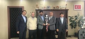 Van YYÜ masa tenisi takımı, aldıkları kupayı Rektör Battal'a takdim etti