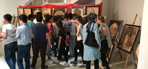 Suriyeli çocuklar arkeoloji müzesini gezdi Hatay Arkeoloji Müzesi'ndeki oyun salonunda tarihi eser yapbozlarını birleştiren Suriyeli çocuklar, eğlenceli dakikalar geçirdi