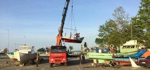 Akçakoca'da onarılan tekneler suya indiriliyor