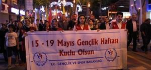 Düzce'de 19 Mayıs kutlamaları Fener Alayı ile başladı Yüzlerce Düzceli ellerinde bayrak ve fenerlerle yürüdü