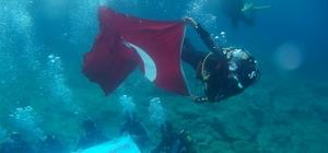 Gençler su altına Atatürk için daldı Türk Bayrağı açtı