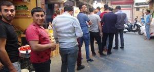 (Özel) - Şanlıurfa'da Ramazan geleneği meyan şerbetine rağbet Meyan şerbeti almak isteyenler metrelerce uzunluğunda kuyruk oluşturuyor
