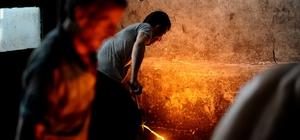 (Özel Haber) Ramazanda 1350 derece derece sıcakta ekmek mücadelesi Demir döküm işçileri, demirin 1350 derecede eridiği fırında Ramazan ayında ekmek mücadelesi veriyorlar