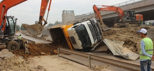 Hafriyat yüklenen kamyon yan yattı