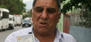 """69 yıldır doğum günü kutlayamayan adamın hikayesi 69 yaşındaki adamın nüfus cüzdanını görenler şaşkınlığını gizleyemiyor Aziz Nesin'in ünlü hikayesi """"Yaşar Ne Yaşar Ne Yaşamaz""""ı kıskandıracak olay Mehmet Uçar isimli adamın kimliğinde doğum tarihi """"00.00.1949"""" yazıyor"""