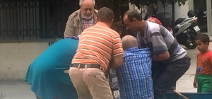 Felçli adama maaş eziyeti Bir imza için PTT'ye getirilen felçli ve yaşlı adamın görüntüleri tepkilere neden oldu