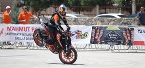 """Akrobasi motosikletçileri nefes kesti Toroslar Belediye Başkanı Hamit Tuna: """"Gençlerimize özellikle böyle yerleri oluşturup, nizami şekilde bu sporu yapmalarını sağlamaya çalışıyoruz"""" Türkiye Motosiklet Federasyon Mersin İl Temsilcisi Yusuf Güler: """"Diğer illerde bu şampiyona yapılmak istedi ancak bir türlü yapılmadı"""""""