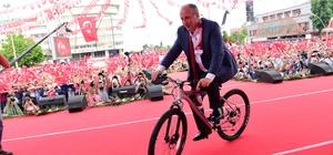 """İnce'ye Samsun'da makam aracı olarak 'bisiklet' hediye edildi CHP Cumhurbaşkanı adayı Muharrem İnce: """"4 milyon Suriyelilere harcanan para 40 milyar dolar, eğer ev yapsaydık 2 milyon ev yapardı. Yazık günah değil mi"""""""