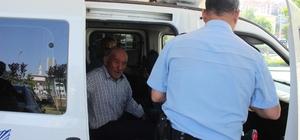 Bal satıcısı yaşlı adamın gözüne biber gazı sıkıp 300 TL'sini gasp ettiler Yardım toplama amacıyla gelen kadın parayı zorla alıp kaçtı