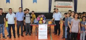 Kahta'da 40 okula spor malzemesi dağıtıldı