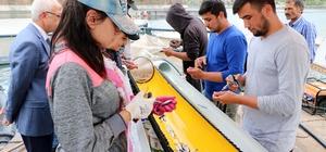 Okul harçlıkları için günde 50 bin alabalığı aşılıyorlar Yozgat'ın Çekerek ilçesinde Süreyyabey Barajı'nda bulunan alabalık üretme çiftliklerinde çalışan 6 Türkmen öğrenci, harçlıklarını kazanmak için günde ortalama 50 bin yavru alabalığa hastalıktan koruması amacıyla aşı yapıyor