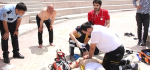 Havuzda çırpınan çocuğu belediye başkanı kurtardı Karaman'da yapımı devam eden parktaki 2 metre derinliğindeki suni gölette boğulma tehlikesi yaşayan çocuk, havuza atlayan Karaman Belediye Başkanı Ertuğrul Çalışkan tarafından kurtarıldı