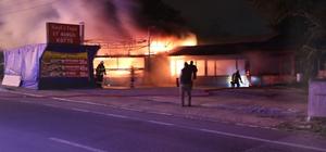 Sahur vakti çıkan yangın restoranı kül etti Sigara içmeye dışarı çıkınca iş yerinin yandığını gördü Alev alev yanan mangal restoran küle döndü