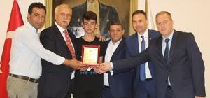 Ayvalık'ta ATO'dan şampiyon sporcuya anlamlı ödül