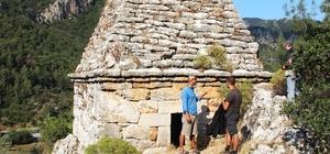 """Yıllarca türbe sanılarak adaklar adanan ve dilekler tutulan mezar Yunanlı boksör Diagoras'a ait çıktı Türkiye'de başka örneği olmayan anıt mezar, dünyanın yedi harikasından birisi olarak kabul edilen Mausoleum'a benziyor Anıt mezarın sahibi Diagoras, mezar kitabesinde """"Hiçbir korkak mezarıma zarar vermesin"""" uyarısında bulunurken, aynı köyden mezarda kaçak kazı yapanların ya öldüğü ya boşandığı ya da hasta olduğu iddia edildi"""