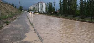 Sağanak yağmur yolları göle çevirdi Dolu ile birlikte etkili olan sağanak yağış Oltu'da hayatı olumsuz yönde etkiledi