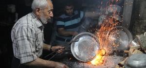 """(Özel Haber) Ramazan'da 90 derecelik ateşin başında zorlu mesai Kalay ustası Mustafa Ozan: """"Bir insanın nefsini terbiye etmek istiyorsanız aç ve susuz bırakın"""""""