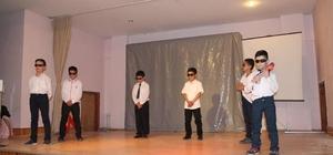 Öğrencilerin tiyatro gösterisi