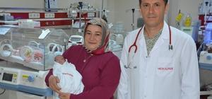 22 yıl beklediler, 24 haftada evlatlarına kavuştular Trabzon'da henüz 24 haftalıkken 800 gram olarak dünyaya gelen ve doktorların yüzde 50 yaşama şansı verdiği Alya Naz hayata tutundu Alya Naz bebek, 90 günlük tedavinin ardından 1 kilo 810 grama çıktı