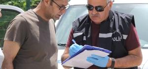 Antalya'da saniye saniye aracın benzinle yakılma anı Antalya'da motosikletli bir kişi, hafif ticari bir aracın önce camını kırdı sonra benzin döküp ateşe verdi Şüphelinin kendisi de yanmaktan son anda kurtuldu.