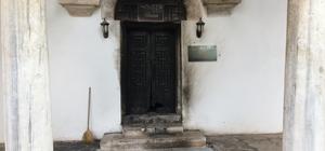(Özel Haber) Bursa'da tarihi skandal... Madde bağımlıları ısınmak için, tarihi türbenin tarihi kapısını yaktı