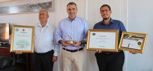Ayvalık zeytinyağına dünya 2. liği ödülü Ayvalıklı zeytinyağı firmasına dünya 2.liği ödülü Firma yetkilileri sevinçlerini Belediye Başkanı Rahmi Gençer ile paylaştı