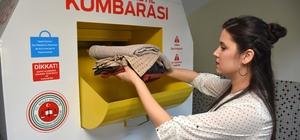 Giysi-Tekstil Kumbarası Adana Cumhuriyet Başsavcılığı Denetimli Serbestlik Müdürlüğü öncülüğünde hayata geçirilen projeyle ihtiyaç sahiplerine destek sağlanması amacıyla adliyeye bağlı birimlere 'Giysi-Tekstil Kumbarası' konuldu Kumbaralarda toplanan kıyafet ve tekstil malzemeleri, hükümlüler tarafından atölyede yıkama, ütüleme ve tadilat işlemlerinden sonra kullanılabilir hale getirilerek ihtiyaç sahiplerine veriliyor